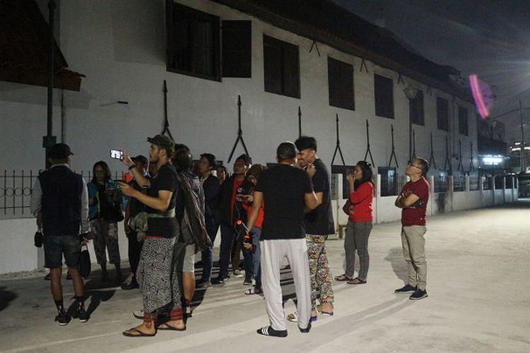 Peserta Night At The Museum di Museum Bahari, Penjaringan, Jakarta Utara, Sabtu (28/12/2019). Acara ini terselenggara oleh Komunitas Historia Indonesia (KHI).