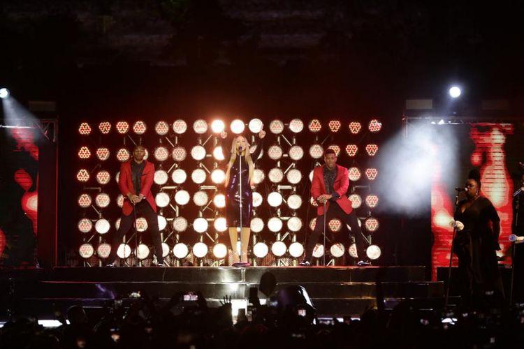 Penampilan diva pop asal Amerika Serikat Mariah Carey di Taman Lumbini Candi Borobudur Magelang, Jawa Tengah, Selasa (6/11/2018) malam.