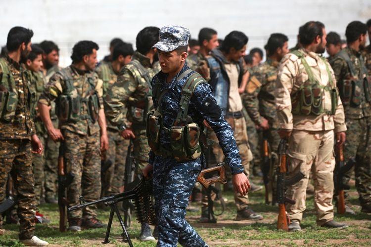 Anggota Pasukan Demokratik Suriah berkumpul di Raqa saat mendengarkan pengumuman pemberangkatan ke Afrin.