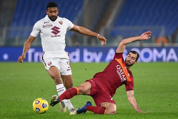 Bek Torino, Gleison Bremer, berduel dengan pemain tengah AS Roma, Henrikh Mkhitaryan, pada laga Serie A 2020-2021.