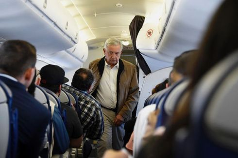 Tingkah Presiden Meksiko Naik Pesawat Komersial Bikin Keamanan Pusing