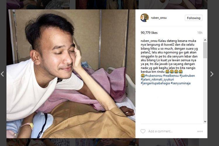 Pembawa acara Ruben Onsu membesuk sahabatnya, Julia Perez, yang sedang dirawat di RSCM, Jakarta. Foto ini diunggah Ruben di akun Instagramnya.