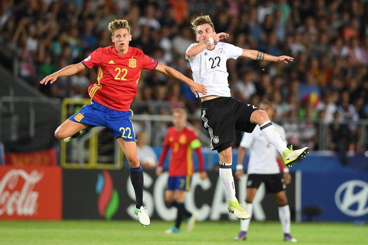 Gelandang Timnas U-21 Spanyol, Marcos Llorente (kiri), berduel dengan penyerang Jerman, Maximilian Philipp, dalam pertandingan final Piala Eropa U-21 di Krakow, Poland, 30 Juni 2017.