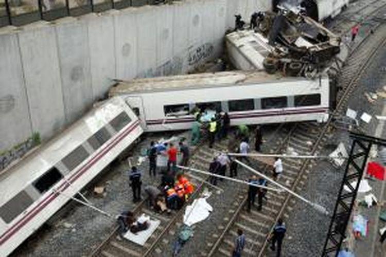 Sebuah kereta rute dari Madrid ke Ferrol di barat laut Spanyol, keluar dari lintasan di sebuah tikungan di dekat kota Santiago de Compostela, Rabu (24/7/2013) siang waktu setempat atau Kamis (25/7/2013) dini hari waktu Indonesia. OSCAR CORRAL / AFP