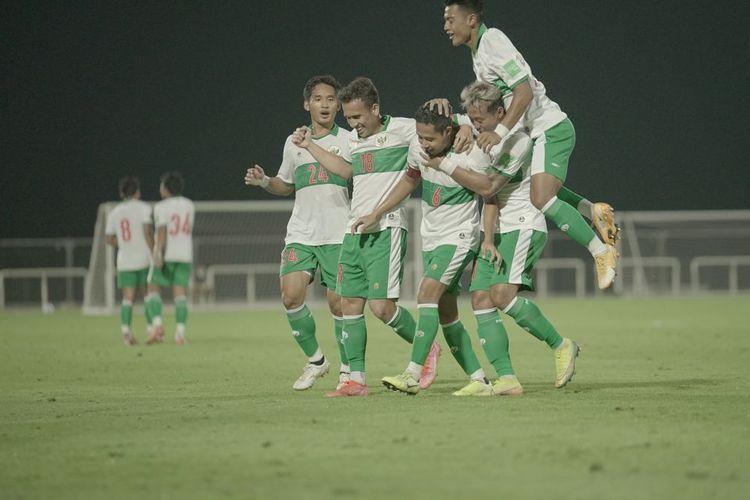 Para pemain Timnas Indonesia merayakan gol Evan Dimas pada laga persahabatan kontra Oman, Sabtu (29/5/2021).