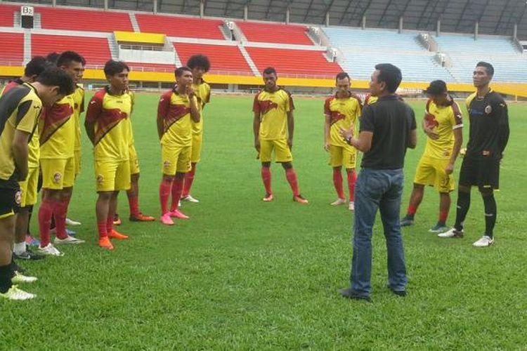 Pelatih Widodo C Putro memimpin latihan perdana Sriwijaya FC, Selasa (17/1/2017).