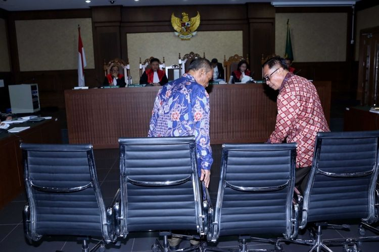 Terdakwa mantan Dirjen Kependudukan dan Pencatatan Sipil Kementerian Dalam Negeri, Irman dan Mantan Direktur Pengelolaan Informasi dan Administrasi Ditjen Dukcapil Kemendagri, Sugiharto menjalani sidang ketujuh perkara dugaan korupsi pengadaan e-KTP di Pengadilan Tipikor, Jakarta, Senin (10/4/2017). KPK menduga ada perbuatan melawan hukum dan atau penyalahgunaan wewenang yang mengakibatkan kerugian negara terkait pengadaan proyek KTP elektronik.