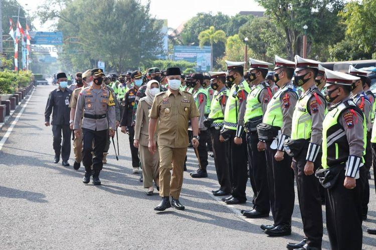 Bupati Kebumen, Arif Sugiyanto dan Kapolres Kebumen, AKBP Piter Yanottama memimpin apel gelar pasukan operasi lilin candi, Rabu (5/5/2021).
