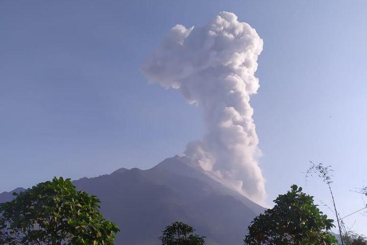 Gunung Merapi kembali mengeluarkan awan panas letusan pada Senin (14/10/2019).