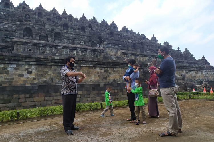 Simulasi kunjungan wisatawan era new normal di tengah pandemi virus corona di zona 1 Candi Borobudur Magelang, Jumat (26/6/2020).