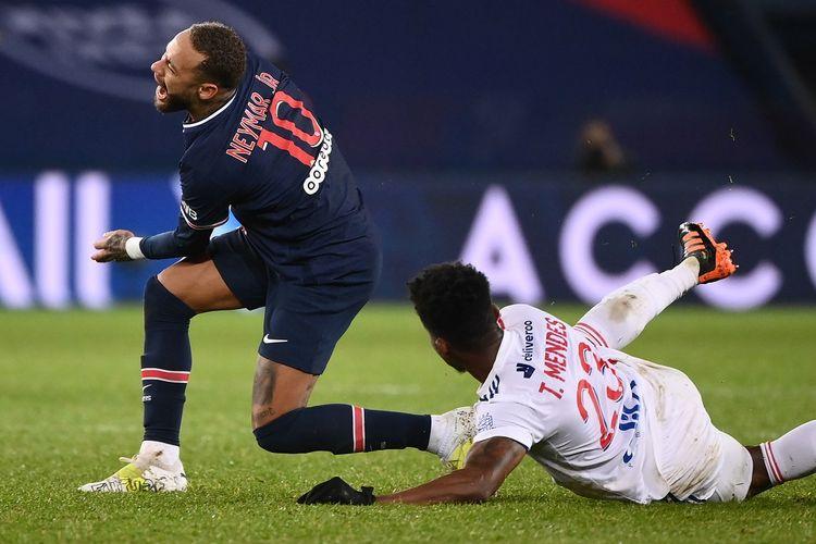 Penyerang Brasil Paris Saint-Germain Neymar (kiri) dijegal oleh bek Lyon asal Belanda Kenny Tete selama pertandingan sepak bola L1 Prancis antara Paris Saint-Germain (PSG) dan Lyon (OL), pada 13 Desember 2020 di stadion Parc des Princes di