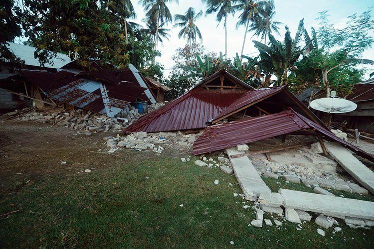 Sejumlah bangunan rusak akibat gempa di dusun Wainuru, Maluku Tengah, Maluku, Minggu (29/9/2019). BPBD Provinsi Maluku mencatat total rumah rusak akibat gempa Maluku dengan magnitudo 6,8 mencapai 2.675 unit.