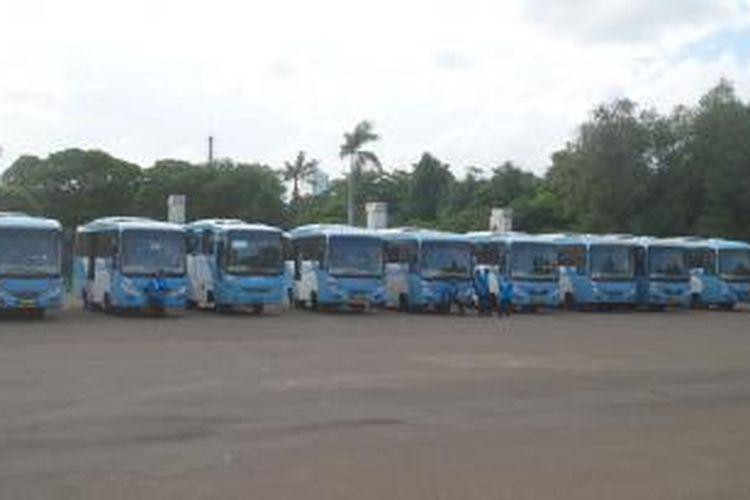 Puluhan bus kopaja berstandar transjakarta yang dihadirkan saat acara peluncuran bus-bus kopaja teringrasi transjakarta di Parkir Timur Senayan, Selasa (21/12/2015)