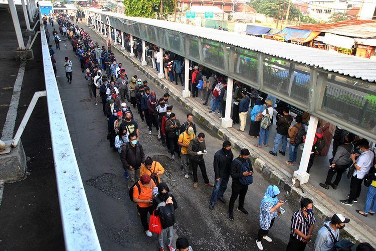 Ratusan calon penumpang KRL Commuter Line mengantre menuju pintu masuk Stasiun Bogor di Jawa Barat, Senin (8/6/2020). Antrean panjang calon penumpang tersebut terjadi saat dimulainya aktivitas perkantoran di Jakarta di tengah masa transisi Pembatasan Sosial Berskala Besar (PSBB) pandemi COVID-19.