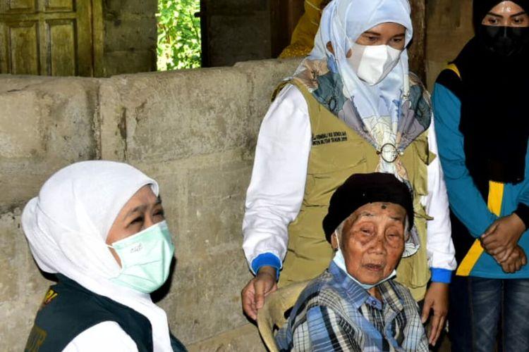 Gubernur Jawa Timur Khofifah Indar Parawansa menemui Tukinem di rumahnya di Kecamatan Selorejo, Kabupaten Blitar yang terdampak gempa Blitar, Sabtu (22/5/2021)