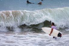 Pingsan Saat Berselancar di Pantai Berawa Bali, WNA Ditemukan Tertelungkup di Atas Papan Selancar