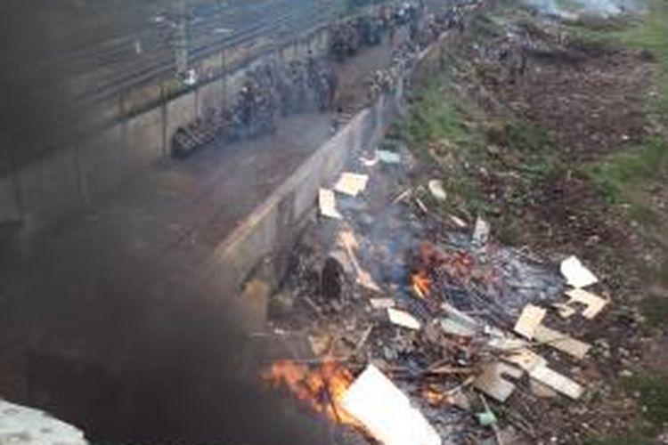Pembongkaran pemukiman yang diduga kawasan prostitusi di bantaran Banjir Kanal Barat, dekat Stasiun Tanah Abang, Jakarta Pusat, Senin (19/1/2015).