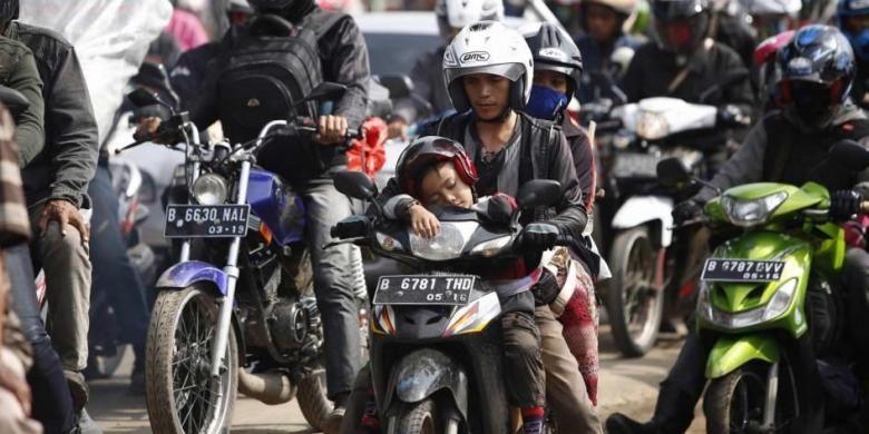 Pemudik motor terjebak macet di jalur alternatif Karawang-Cikampek, Cilamaya, Karawang, Jawa Barat, Sabtu (27/7/2014). Arus mudik ke kota-kota di Jawa Barat, Jawa Tengah dan Jawa Timur diperkirakan akan masih padat hingga H-1 Lebaran.