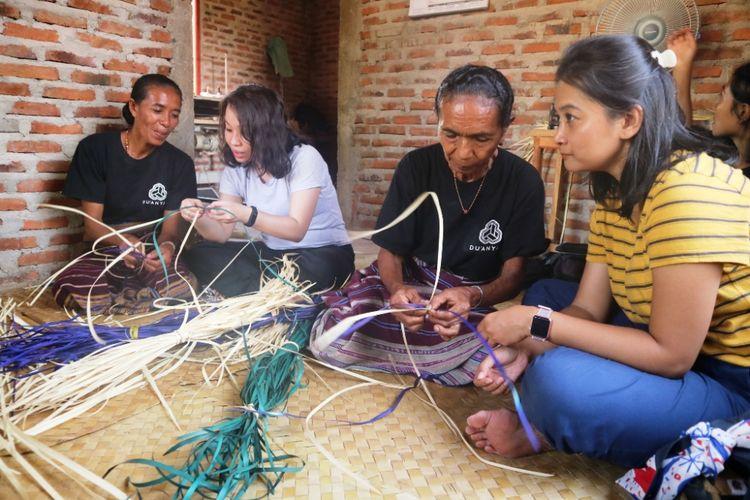 Wisatawan belajar membuat kerajinan anyaman lontar, di Rumah Anyam DuAnyam Wulublolong, Flores TImur, NTT, Jumat (12/10/2018).