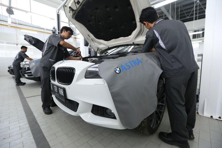 Aktivitas teknisi di diler BMW Serpong, kawasan Bumi Serpong Damai (BSD), Tangerang, Selasa (25/4/2017). Diler BMW Serpong ini merupakan diler resmi pertama di Indonesia yang memiliki akses dan fasilitas dalam menangani kendaraan-kendaraan BMW seri i.