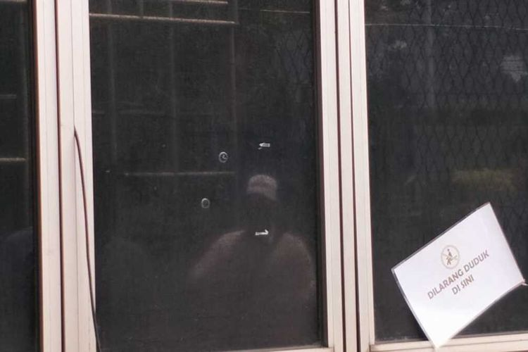 Kondisi kaca jendela di salah satu ruangan di dalam Rutan Kelas 1 Cipinang, Jakarta Timur, pasca penembakan, Senin (10/2/2020).