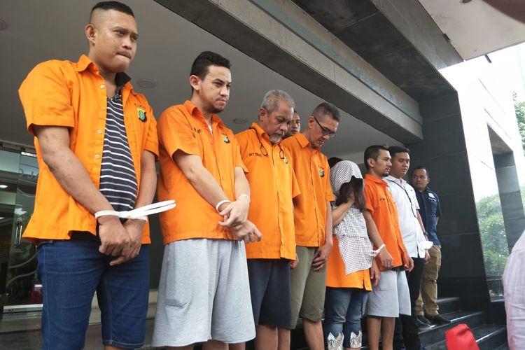 Polisi menangkap seorang pemuda berinisial AF (dua dari kiri) yang nekat menggadaikan sertifikat rumah orang tuanya di daerah Cipete, Jakarta Selatan seharga Rp 3,7 miliar. Foto diambil di Polda Metro Jaya, Jakarta Selatan, Rabu (4/3/2020).