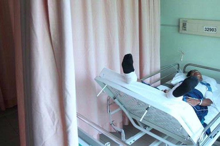 Pasien Kartu Jakarta Sehat (KJS) dirawat di Kelas 2 RSUD Cengkareng, Jakarta Barat, Selasa (19/2/2013). Penuhnya ruang  perawatan kelas 3 oleh pasien KJS membuat Pemprov DKI Jakarta memperbolehkan mereka dirawat di kelas 2. Dari 37 tempat tidur kelas dua sekitar 70 persennya digunakan untuk pasien KJS.