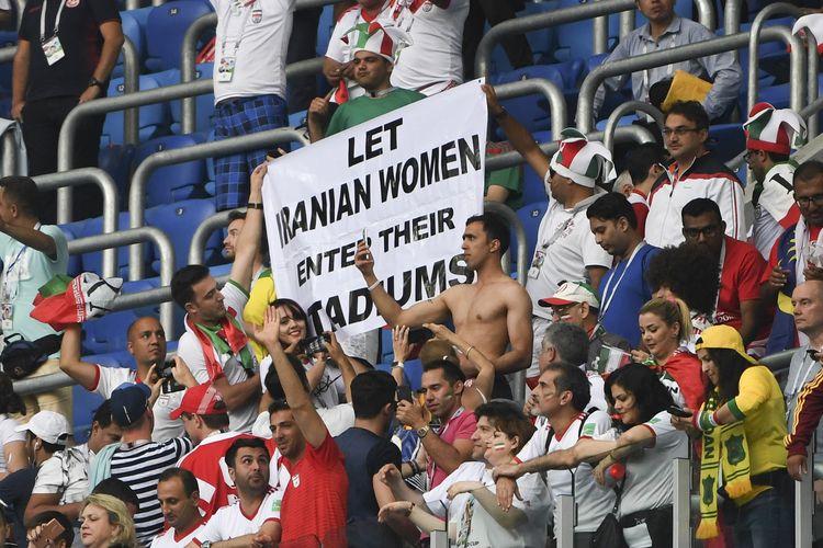 Fans Iran membentangkan spanduk bertuliskan Biarkan Perempuan Iran Memasuki Stadion sebagai bentuk perayaan setelah laga Grup B antara Iran versus Maroko dalam putaran final Piala Dunia di Rusia pada 15 Juni 2018.