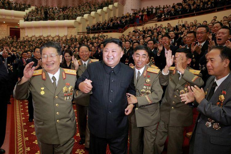 Pemimpin Korea Utara Kim Jong Un terlihat dalam sebuah perayaan untuk ilmuwan dan insinyur nuklir yang berkontribusi dalam percobaan bom hidrogen, dalam foto tidak bertanggal yang disiarkan oleh Pusat Agensi Berita Korea Utara (KCNA) di Pyongyang, Minggu (10/9/2017).