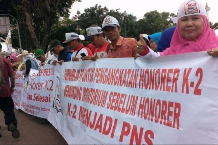 Ribuan guru honorer se-Indonesia menggelar aksi demo menuntut Pemerintah untuk mengangkat guru honorer di depan Istana Negara, Kamis (15/1/2015)