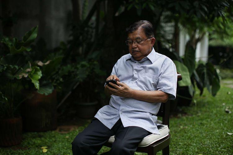 Ketua Umum Palang Merah Indonesia, Jusuf Kalla saat diwawancarai Pemimpin Redaksi Kompas.com, Wisnu Nugroho di kediamannya di Jakarta, Kamis (2021/02/04).