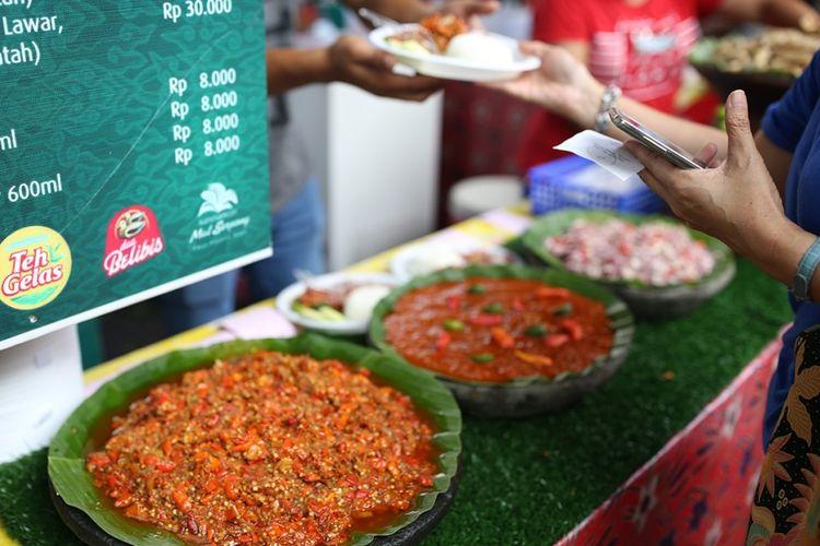 Aneka sambal ditawarkan pada Festival Kuliner Serpong (FKS) di Summarecon Mall Serpong, Tangerang, Banten, Minggu (20/8/2017). FKS kali ini berlangsung dari 10 Agustus-10 September, mengangkat tema khas Jawa Barat dengan menyajikan hidangan otentik tanah Pasundan seperti kupat tahu, cireng, nasi jamblang, batagor, liwetan, dan masih banyak lagi.