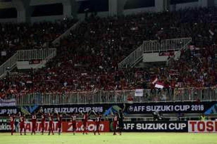 Pemain Indonesia merayakan kemenangan pada semi final putaran pertama AFF Suzuki Cup 2016 di Stadion Pakansari, Kabupaten Bogor, Jawa Barat, Sabtu (3/12/2016). Indonesia memang atas Vietnam dengan skor 2-1.