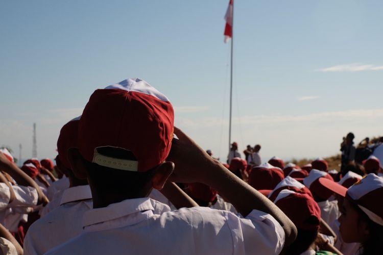 Upacara bendera merayakan HUT ke-73 Republik Indonesia di Sekolah Dasar Negeri Rapamanu, Desa Mbatakapidu, Waingapu, Kabupaten Sumba Timur, Nusa Tenggara Timur, Jumat (17/8/2018).