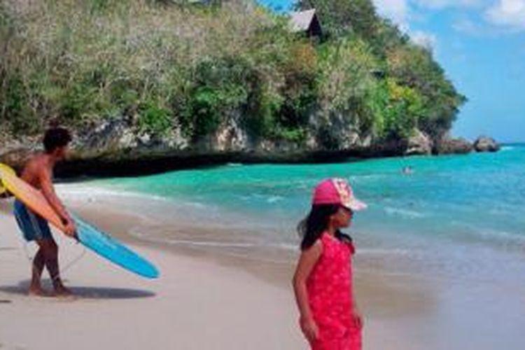 Padang adalah satu dari rangkaian pantai yang ada di daerah selatan Pulau Bali yang menawarkan keindahan pasir putih dan formasi bebatuan. Terletak di Desa Pecatu, pantai ini bisa dimasuki secara gratis.