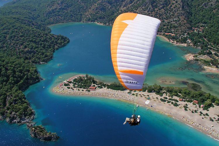 Ilustrasi paragliding.