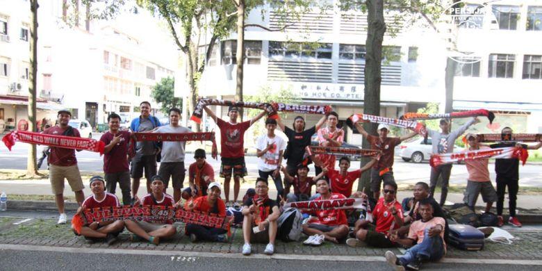 Jakmania yang datang ke Singapura untuk memberikan dukungan secara langsung bagi Persija Jakarta saat melawan Home United, Selasa (8/5/2018).