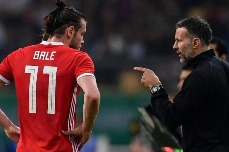 Ryan Giggs (kanan) memberi instruksi kepada Gareth Bale dalam partai timnas Wales lawan Uruguay di Nanning, China, 26 Maret 2018.