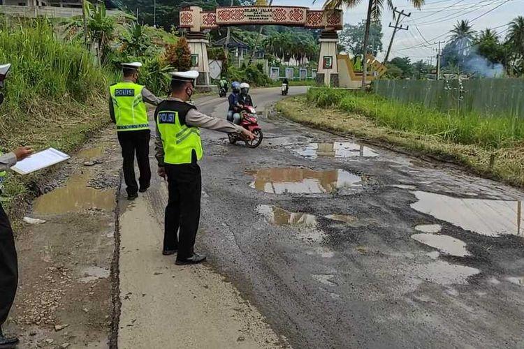 Jalur wisata pantai di pesisir Bandar Lampung - Pesawaran rusak parah. Setidaknya ada 10 titik lokasi kerusakan jalan di jalur wisata itu.