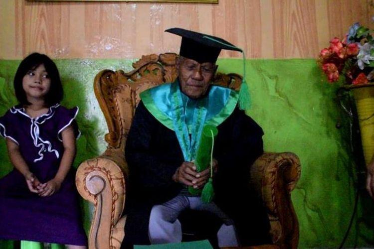La Ode Muhamad Sidik, seorang kakek usia 85 tahun di Kota Baubau, Sulawesi Tenggara, berhasil menyelesaikan kuliahnya program strata S1 dan menjadi peserta wisudawan dengan nilai indeks prestasi kumulatif (IPK) 3,5.