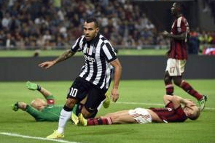 Striker Juventus, Carlos Tevez, merayakan gol ke gawang AC Milan pada laga Serie-A di Stadion San Siro, Milan, Sabtu (20/9/2014).