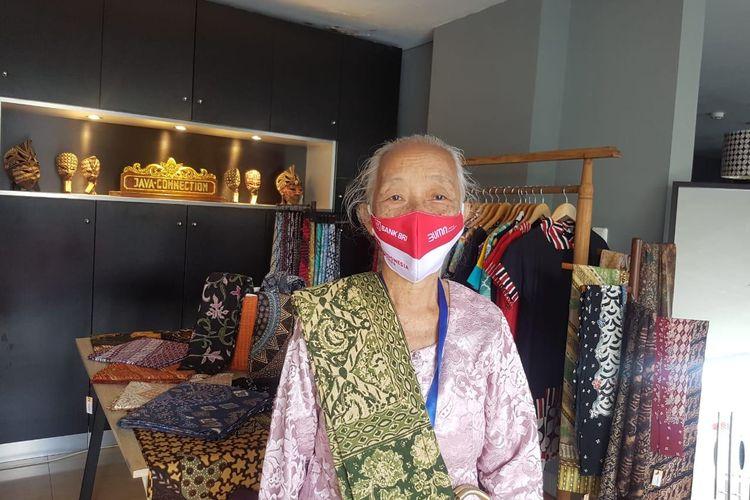 Veronica Sukirah atau akrab disapa Bu Dalminto (74), pedagang batik di Yogyakarta
