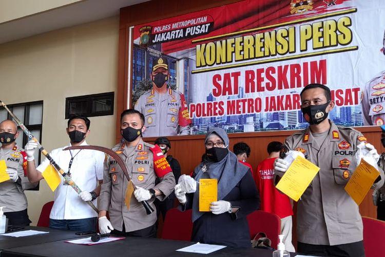 Polisi menangkap pelaku tawuran di Kemayoran pada Rabu (19/5/2021) dini hari yang menyebabkan satu korban tewas.