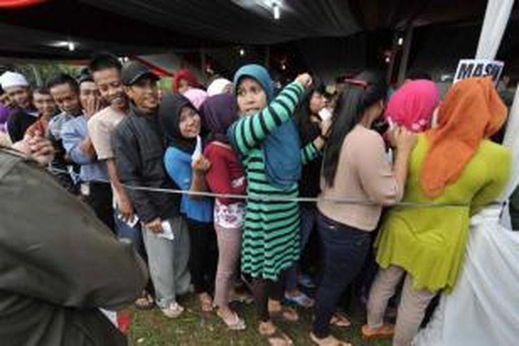Warga antre untuk menggunakan hak pilihnya dalam Pilpres 2014 di Desa Bojong Koneng, Bogor, Jawa Barat, Rabu (9/7/2014). Antusiasme warga dalam pilpres terlihat, salah satunya saat mereka sudah antre menunggu dibukanya tempat pemungutan suara.