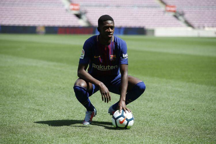 Ousmane Dembele (kanan) menjalani sesi perkenalan bersama Barcelona, Senin (28/8/2017).
