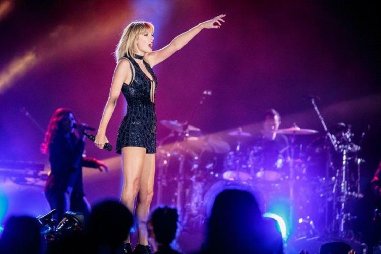 Penyanyi dan pencipta lagu Taylor Swift tampil pada konser Formula 1 United States Grand Prix di Circuit of The Americas di Austin, Texas, pada 22 Oktober 2016. Ini merupakan satu-satunya konser Swift pada tahun 2016.