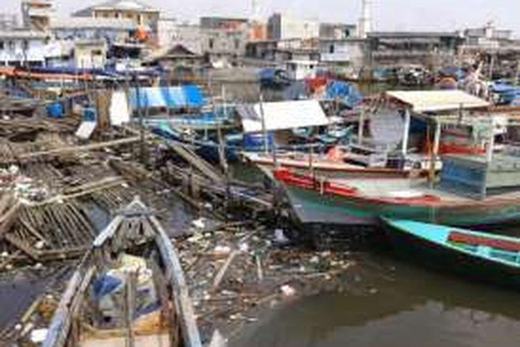 Warga Pasar Ikan, Penjaringan, Jakarta Utara, yang tinggal di atas perahu harus hidup dikelilingi tumpukan sampah. Foto diambil Rabu (20/4/2016).