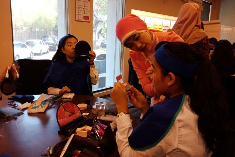 Calon kabin kru dilatih teknik pelayanan, penampilan, komunikasi, keamanan, dan pengamanan di Garuda Indonesia Training Centre, Duri, Jakarta Barat, Senin (10/9/2018).