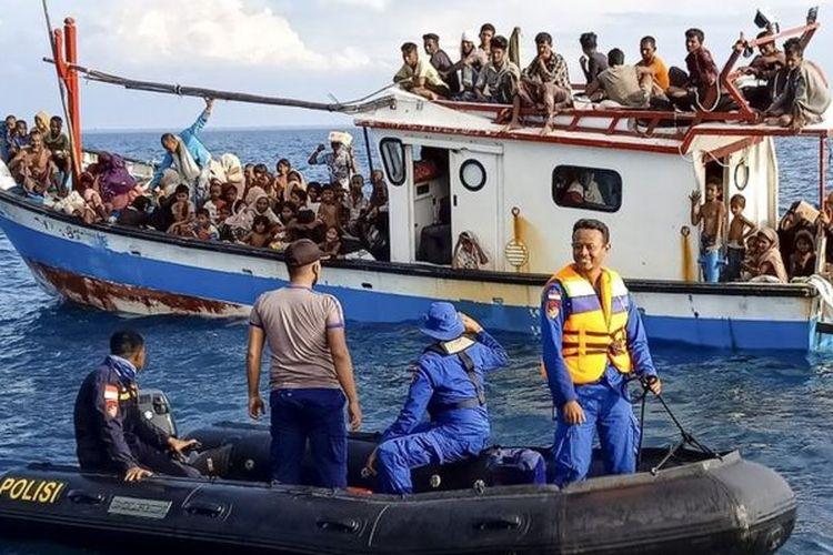 Pengungsi etnis Rohingya berada di atas kapal KM Nelayan 2017.811 milik nelayan Indonesia di pesisir Pantai Seunuddon. Kecamatan Seunuddon, Aceh Utara, Aceh, Rabu (24/6/2020). Sebanyak 94 orang pengungsi etnis Rohingya, terdiri dari 15 orang laki-laki, 49 orang perempuan dan 30 orang anak-anak ditemukan terdampar sekitar 4 mil dari pesisir Pantai Seunuddon.