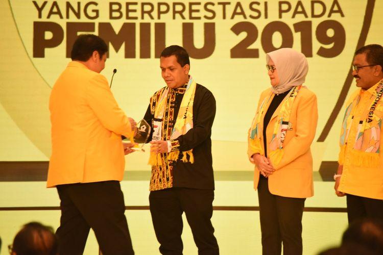 Ketua DPD I Golkar NTT Melki Laka Lena, saat menerima penghargaan dari Ketua Umum Partai Golkar Airlangga Hartarto saat perayaan HUT Partai Golkar ke-55, tadi malam di Hotel Sultan Jakarta